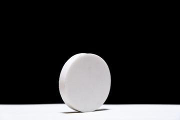 白くて円い物体 / 黒背景