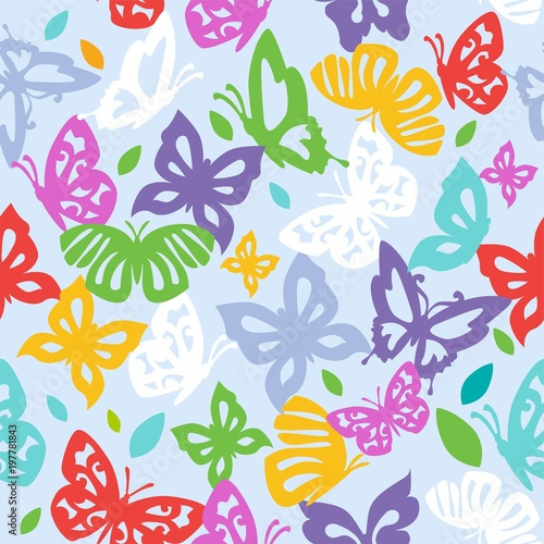 Wielokolorowe motyle jaskrawe kolory w stylu vintage latać na niebieskim tle