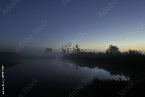 Fotobehang Nachtblauw Erstes Tageslicht kündigt sich an-Oderaue bei Tagesanbruch