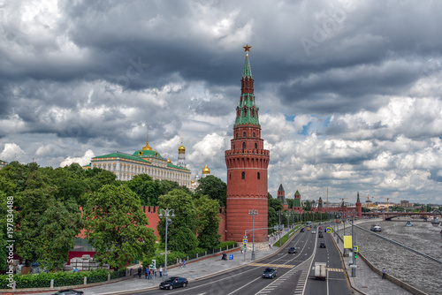 Foto op Aluminium Moskou view of the Moscow Kremlin and embankment of the river in cloudy weather