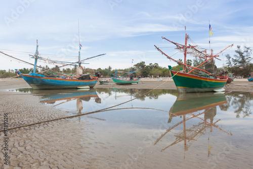 Foto op Plexiglas Schip Wooden fishing boat on the low tide beach.