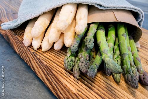Szparagi związane na drewnianej desce