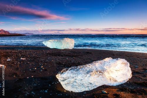 Plexiglas Aubergine icebergs at diamond beach, iceland