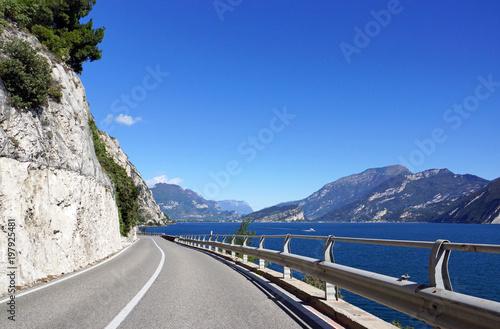 Straße am Gardasee in Italien - Urlaub am See mit Bergen im Hintergrund - 197925481