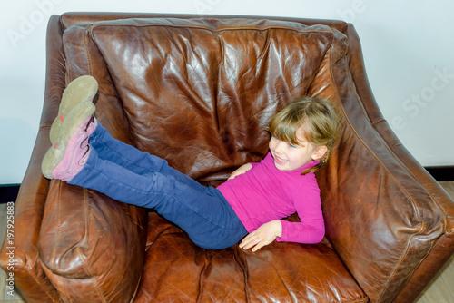 enfant dans le fauteuil