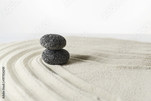 In de dag Stenen in het Zand Zen stone garden on white sand
