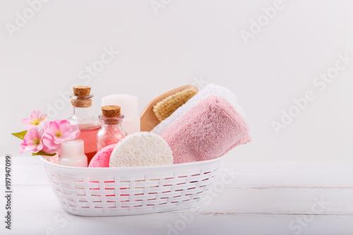Różowy zdrój ustawia i opieki zdrowotnej rzeczy na białym tle. Miejsce na tekst