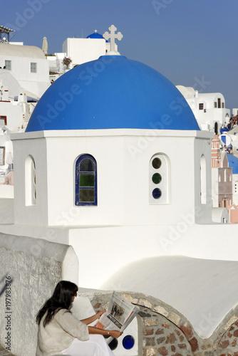 Tuinposter Santorini Blaue Kuppel einer byzantinisch-orthodoxen Kirche, Oia, Santorin, Kykladen, Griechenland, Europa