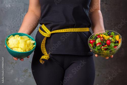 Leinwanddruck Bild .Gewichtsreduzierung Diät Konzept (Zucker gegen Obst und Gemüse)