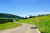 Strasse bei Hittisau in Richtung Oberstaufen in Deutschland