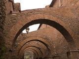 Der Arkadengang der Kirche Santi Giovanni e Paolo in Rom mit der Straße Civus Scauri