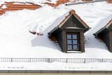 Hausdach / mit Schnee bedecktes Hausdach - 198084860