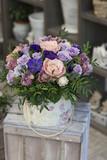 Fototapety Коробка с сиреневыми, синими анемонами, розами и орхидеей