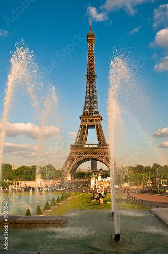Fotobehang Eiffeltoren Spruzzi delle fontane del Trocadero