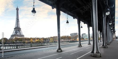 Fotobehang Eiffeltoren Eiffel tower and Bir Hakeim bridge in Paris, France