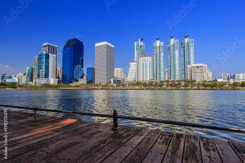Foto op Plexiglas Donkerblauw city view at Benjakitti Park, Bangkok, Thailand