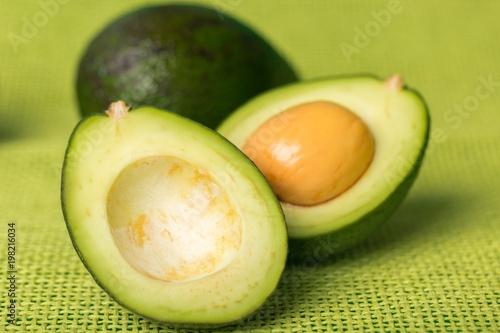 Świeże zielone awokado