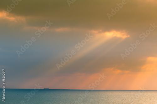 Piękny krajobraz morze w zima wieczór. Morze Bałtyckie o zachodzie słońca. Żywe kolory.
