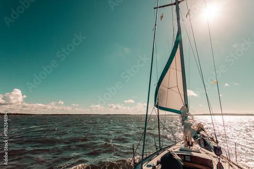 Jachting na łodzi żagiel podczas słonecznej pogodzie
