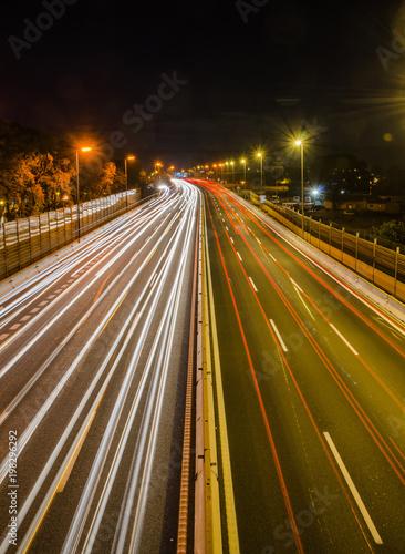Canvas Nacht snelweg larga exposición de coches circulando por la autopista de noche