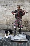 Artiste de rue jouant du violon dans une rue de Rouen - 198324847