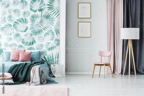 Wnętrze sypialni różowy i zielony