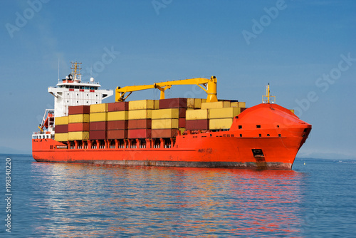 Międzynarodowy kontenerowiec na otwartym morzu