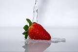 Erdbeere mit wasser waschen auf weiss