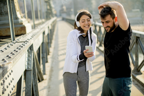 Aluminium Hardlopen Athletic couple is having a rest after jogging in the city