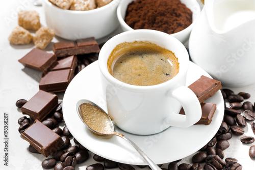 świeża kawa, czekoladki i słodycze