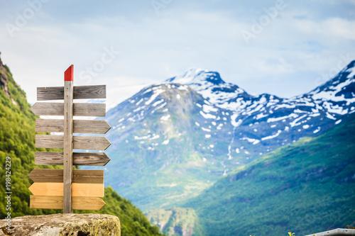 drewniany-znak-w-norweskich-gorach