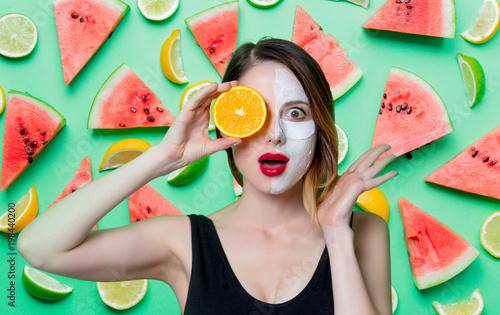 Kobieta używa oko łatę dla jej oczu i maski