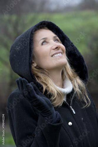 Foto op Canvas Zen portrait de femme souriant sous la pluie en hiver