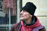 Portrait d'un homme sans domicile fixe en train de chanter - 198472237