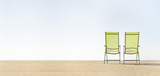 Zwei Stühle am Strand