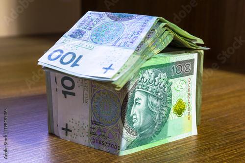 Koncepcja domu wykonane z banknotów sto złotych