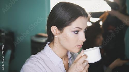 Foto op Plexiglas Kapsalon Woman at the hair salon drink coffee