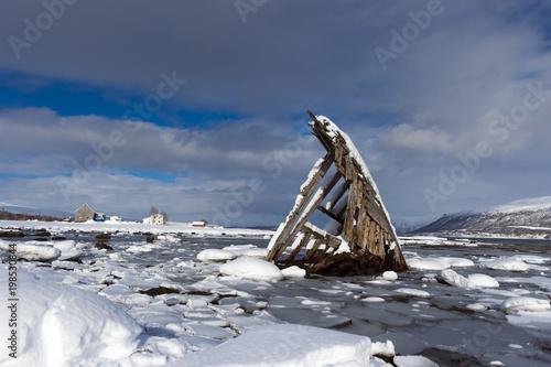 Foto op Plexiglas Schip Remains of the old wooden ship
