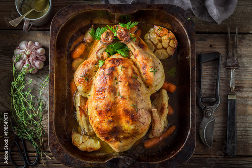 Golden grilled chicken with herbs and vegetables - 198549071