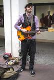Artiste de rue jouant de la guitare - 198578851