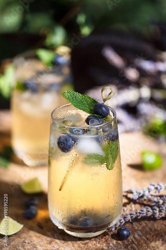 Fotobehang Lavendel Cocktail à la Lavande et Myrtilles. Boisson Frais pour l'été