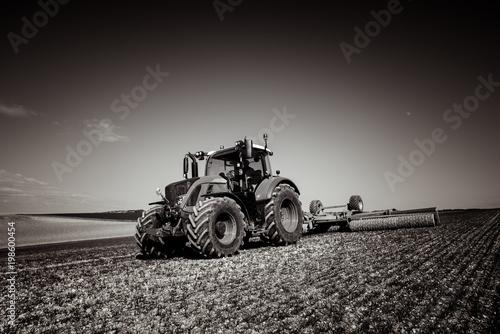 Fotobehang Bleke violet tracteur aplatissant les jeunes pousses
