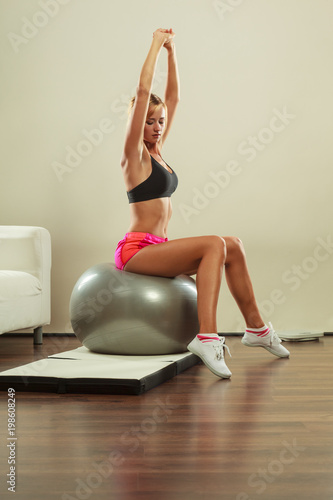 kobieta robi ćwiczenia fitness z fit ball