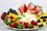 Guten Morgen, gesunder Start in den Tag: Biologischer, Vegetarischer Genuss zum Frühstück: Obst, Milch, Müsli und Joghurt :) - 198625231