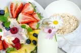 Guten Morgen, gesunder Start in den Tag: Biologischer, Vegetarischer Genuss zum Frühstück: Obst, Milch, Müsli und Joghurt :) - 198625451