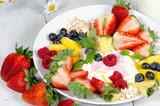 Guten Morgen, gesunder Start in den Tag: Biologischer, Vegetarischer Genuss zum Frühstück: Obst, Milch, Müsli und Joghurt :) - 198625634