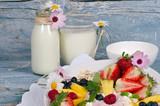 Guten Morgen, gesunder Start in den Tag: Biologischer, Vegetarischer Genuss zum Frühstück: Obst, Milch, Müsli und Joghurt :) - 198625884
