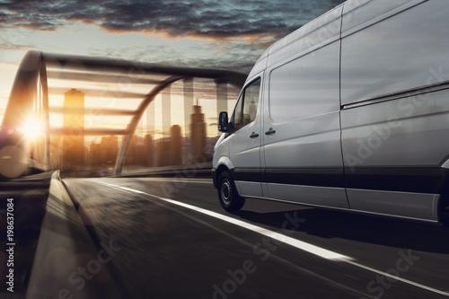 Lieferwagen liefert in Stadt - 198637084