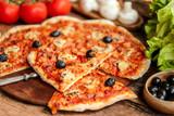 pizza fait maison tomate champignon olive noires et jambon 2 - 198648206