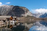 Bootshäuser in Hallstatt am Hallstätter See mit Spiegelung - 198672870